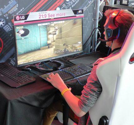 gracz siedzący na fotelu gamingowym